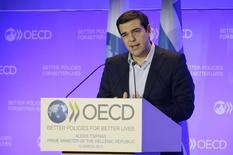 El primer ministro griego, Alexis Tsipras, en una rueda de prensa en París. Grecia está en condiciones de cumplir con sus obligaciones financieras aún si no recibe más ayuda proveniente del paralizado rescate internacional, dijo el jueves el primer ministro griego, Alexis Tsipras, durante una visita a Francia.  REUTERS/Philippe Wojazer