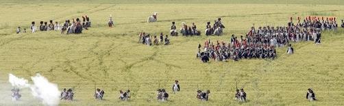 Lors d'une reconstitution de la bataille de Waterloo par des amateurs d'histoire. Deux cents ans après que la défaite de Waterloo a douché les ambitions européennes de Napoléon, la France a remporté mercredi une petite victoire en empêchant l'émission par la Belgique d'une pièce de deux euros commémorant cet événement. /Photo d'archives/REUTERS/Sébastien Pirlet