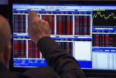 Les Bourses européennes ont débuté sur une note stable vendredi, alors que le dollar repart timidement à la hausse face au yen et à l'euro, après une courte pause. À Paris, l'indice CAC 40 cédait 0,05% vers 09h35. À Francfort, le Dax grignotait 0,05% et à Londres, le FTSE se repliait de 0,03%. /Photo d'archives/REUTERS/Lucas Jackson