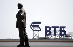 La banque russe VTB a réalisé un bénéfice de 0,8 milliard de roubles seulement (12,26 millions d'euros) en 2014, ce qui signifie qu'elle a accusé sa première perte trimestrielle depuis 2009 au quatrième trimestre du fait des sanctions et du ralentissement de la croissance du pays. /Photo prisele 17 juillet 2014/REUTERS/Eduard Korniyenko