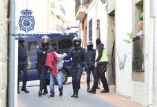 La police espagnole a arrêté six hommes et deux femmes qu'elle soupçonne d'appartenir à une cellule islamiste qui prévoyait des attentats en Espagne et recrutait des candidats au djihad. /Photo prise le 13 mars 2015/REUTERS/Ministère de l'Intérieur espagnol