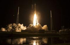 Un cohete Atlas 5 despegó de Florida el jueves con cuatro satélites científicos de la NASA diseñados para mapear explosiones de energía y partículas cargadas provocadas por campos magnéticos alrededor de la Tierra. En la imagen el lanzamiento del cohete desde cabo Cañaveral, EEUU, en una imagen facilitada por la NASA. 12 marzo 2015.  REUTERS/Aubrey Gemignani/NASA/Entregada vía Reuters