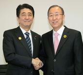 El secretario general de la ONU, Ban Ki-Moon, estrecha las manos del primer ministro japonés Shinzo Abe en Sendai en Japón. 14 de marzo de 2015. Japón proveerá 4.000 millones de dólares en ayuda en los próximos cuatro años para reducir el número de víctimas de los desastres naturales y su sufrimiento a nivel mundial, dijo el sábado el primer ministro japonés Shinzo Abe. REUTERS/Kyodo ATENCIÓN EDITORES  SOLO PARA USO EDITORIAL. ESTA IMAGEN HA SIDO RECIBIDA DE UN TERCERO Y SE DISTRIBUYE EXÁCTAMENTE COMO SE ENTREGÓ. NO USAR EN JAPÓN.