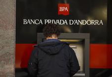 Les administrateurs publics de Banca Privada d'Andorra (BPA) ont décidé de plafonner les retraits de fonds dans le but de contenir un scandale de blanchiment d'argent présumé. Andorre a pris le contrôle de la banque non cotée la semaine dernière en attendant les résultats d'une enquête pour des soupçons de blanchiment d'argent lancés par le département américain du Trésor. /Photo prise le 12 mars 2015/REUTERS/Sergio Perez