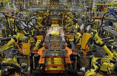 Unos brazos robóticos soldando el chasis de un vehículo en la planta de ensamblaje Claycomo de Ford en Claycomo, abr 30 2014. La producción manufacturera de Estados Unidos bajó en febrero por tercer mes seguido pues la fabricación de autos y de una serie de bienes se desplomó, en la señal más reciente de menor crecimiento económico en el primer trimestre.  REUTERS/Dave Kaup