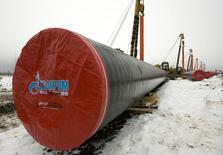Трубы для газопровода Газпрома близ Ухты. 3 декабря 2008 года. Газпром пытается убедить Пекин ускорить заключение второй крупной газовой сделки - о строительстве газопровода Алтай - который позволит соединить ямальские месторождения газа с китайским рынком, сделав его альтернативой экспорту в Европу, сказали Рейтер три источника, знакомые с ситуацией. REUTERS/Sergei Karpukhin