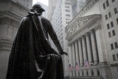 La Bourse de New York a ouvert en baisse mardi, les investisseurs prenant leurs bénéfices après le rally de la veille, dans l'attente de la réunion de la Réserve fédérale américaine. Dans les premiers échanges, le Dow Jones perd 0,61%, le S&P-500 recule de 0,38% et le Nasdaq cède 0,20%. /Photo prise le 5 mars 2015/REUTERS/Brendan McDermid