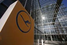 Lufthansa a annulé 750 vols, soit la moitié environ des 1.400 prévus pour mercredi, en raison d'une grève des pilotes qui affectera 80.000 passagers. /Photo prise le 12 mars 2015/REUTERS/Ralph Orlowski
