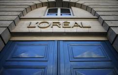 """Correction: bien lire que L'Oréal figure parmi les valeurs à suivre à la Bourse de Paris. UBS a abaissé son conseil sur la valeur de """"performance en ligne"""" à """"surperformance"""", mais avec un objectif de cours porté de 155 à 185 euros. /Photo d'archives/REUTERS/Christian Hartmann"""