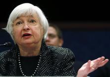 La Reserva Federal sentaría las bases el miércoles de su primera subida de tasas de interés en casi una década, mientras sigue considerando si la recuperación de Estados Unidos puede sostenerse frente al colapso de los precios del petróleo y un repunte de dólar. En la imagen se ve a la presidenta de la Fed, Janet Yellen, testificando ante el Comité de Servicios Financieros el 25 de febrero de 2015. REUTERS/Jim Bourg