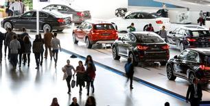 Conférence annuelle de BMW à Munich. Le constructeur automobile allemand s'attend à ce que le volume de ses ventes en 2015 et le bénéfice imposable du groupe affichent une progression comprise entre 5 et 9%, des perspectives plus prudentes que ce qu'il avait laissé entrevoir auparavant. /Photo prise le 18 mars 2015/REUTERS/Michaela Rehle