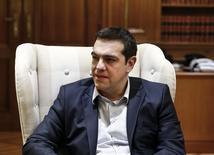 Imagen del primer ministro griego, Alexis Tsipras, en su oficina en Atenas el 17 de marzo de 2015. El primer ministro de Grecia, Alexis Tsipras, arremetió el miércoles contra las críticas de sus socios europeos reportadas por los medios sobre una ley para ofrecer cupones de alimentos y electricidad gratuita a los más pobres, y dijo que su Gobierno no sería intimidado por las obligaciones con sus acreedores. REUTERS/Alkis Konstantinidis