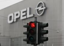 Светофор у завода Opel в Бохуме. 16 февраля 2012 года. Крупнейший американский автоконцерн General Motors Co законсервирует завод в Санкт-Петербурге с середины 2015 года и планирует реструктуризацию российского бизнеса, которая предусматривает уход бренда Opel из страны к декабрю, сообщила компания в среду. REUTERS/Ina Fassbender