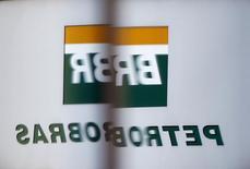 Logotipo da Petrobras refletido na janela da sede da companhia em São Paulo. 06/02/2015 REUTERS/Paulo Whitaker