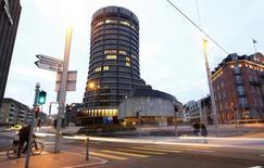 Le siège de la Banque des règlements internationaux (BRI), à Bâle. Cette institution, souvent présentée comme la banque centrale des banques centrales, s'inquiète des potentielles conséquences nocives des rendements obligataires négatifs sur les marchés financiers mais aussi pour l'économie réelle, voire sur la situation politique et sociale. /Photo d'archives/REUTERS/Arnd Wiegmann