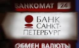 Вывеска у отделения банка Санкт-Петербург. Санкт-Петербург, 25 марта 2013 года. Российский банк Санкт-Петербург получил 691 миллион рублей чистой прибыли в четвертом квартале 2014 года, не оправдав ожидания аналитиков, которые прогнозировали результат в 704 миллиона рублей. REUTERS/Alexander Demianchuk