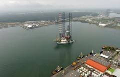 Морская буровая установка компании Pemex в мексиканском порту Дос Бокас. Цены на нефть снижаются после заявления Кувейта, что у ОПЕК нет иного выбора как сохранить добычу нефти на нынешнем уровне. REUTERS/Presidency of Mexico/Handout via Reuters