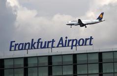 Un avión de Lufthansa volando sobre el aeropuerto de Fráncfort, mar 19 2015. Una huelga de pilotos dejó en tierra el jueves a más de la mitad de los lucrativos vuelos de larga distancia de Lufthansa, en la más reciente acción para presionar a la administración en una prolongada disputa por beneficios de jubilación anticipada y recortes de costos. REUTERS/Lisi Niesner
