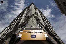La Banque du Pirée, deuxième banque de Grèce par les actifs, a fait état jeudi d'une perte nette de 332 millions d'euros au quatrième trimestre 2014, les créances douteuses ayant continué de peser sur ses comptes. /Photo d'archives/REUTERS/Yorgos Karahalis
