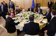 El primer ministro griego, Alexis Tsipras, aseguró a los acreedores de la Unión Europea en unas negociaciones de crisis en Bruselas que su coalición presentará pronto un conjunto completo de reformas económicas a fin de desbloquear la llegada de fondos para evitar la quiebra de su país. En la imagen, de izquierda a derecha, el presidnete francés, François Hollande; la canciller alemana Angela Merkel; el presidente del eurogrupo, Jeroen Dijsselbloem; el presidente de la  Comisión Europea,Jean Claude Juncker; el primer ministro griego, Alexis Tsipras; el presidente del Consejo Europeo Donald Tusk,; el secretario general del Consejo de la UE, Uwe Corsepius y el presidente del BCE , Mario Draghi, en una reunión en Bruselas, el 19 de marzo de 2015.  REUTERS/Emmanuel Dunand/Pool