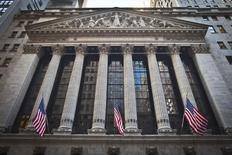 La Bourse de New York, soutenue notamment par les bons résultats de Nike, rebondissait vendredi à l'ouverture après avoir terminé la veille dans le rouge avec le recul des valeurs de l'énergie et le regain du dollar. Dans les premiers échanges, le Dow Jones gagne 0,58%, le S&P-500 progresse de 0,56% et le Nasdaq prend 0,65%. /Photo prise le 5 janvier 2015/REUTERS/Carlo Allegri