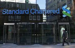 La casa martriz del banco Standard Chartered en Londres, feb 27 2015. Standard Chartered quiere retirarse de un préstamo otorgado de la atribulada firma de construcción de plataformas petroleras Sete Brasil Participações SA, que sufre una sequía de capital en medio de un escándalo de corrupción que involucra a su principal cliente, dijo una fuente el viernes.   REUTERS/Eddie Keogh