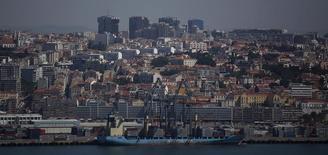 """Le port de Lisbonne. Standard & Poor's a relevé de """"stable"""" à """"positive"""" sa perspective sur la note souveraine """"BB"""", du Portugal, l'agence de notation estimant que la reprise économique du pays va s'accélérer. /Photo d'archives/REUTERS/Rafael Marchante"""