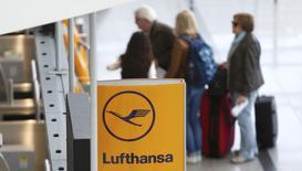 Près de la moitié des vols long-courriers de Lufthansa prévus samedi ont été annulés, en raison de la poursuite de la grève des pilotes de la compagnie allemande pour le quatrième jour d'affilée. /Photo prise le 18 mars 2015/REUTERS/Michaela Rehle