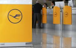 Les pilotes de Lufthansa entament ce samedi leur quatrième jour de grève contre les projets de développement des opérations à bas coûts de la compagnie allemande qui a supprimé 74 des 160 vols long-courriers prévus dans la journée et 60% de son fret. /Photo prise le 18 mars 2015/REUTERS/Michaela Rehle