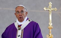 Pope Francis celebrates a mass in Plebiscito square during his pastoral visit in Naples March 21, 2015. REUTERS/Stefano Rellandini