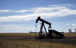 Pozo petrolero cerca de Denver, Colorado, 2 feb, 2015. El gobernador de Arabia Saudita en la OPEP, Mohammed al-Madi, dijo el domingo que sería difícil que el petróleo se negocie nuevamente entre los 100 y 120 dólares el barril, el nivel que alcanzó el año pasado antes de empezar a desplomarse por un exceso de oferta y el debilitamiento de la demanda. REUTERS/Rick Wilking