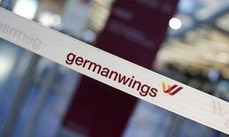 Ограничительная лента с логотипом Germanwings в аэропорту Берлина. 12 февраля 2015 года. Самолет Airbus компании Germanwings, принадлежащей немецкой Lufthansa, разбился во вторник на юге Франции, из находившихся на его борту 148 человек едва ли кто-то выжил. REUTERS/Fabrizio Bensch