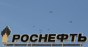 Логотип Роснефти на крыше здания в Ставрополе. 9 декабря 2014 года. Нефтесервисная фирма North Atlantic Drilling Ltd получила от Роснефти уведомление об отмене заказа в рамках рассчитанного на 2,5 года контракта на поставку буровых установок, сообщил партнер North Atlantic Drilling, норвежская Northern Offshore. REUTERS/Eduard Korniyenko
