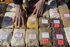 Пачки различных круп и злаков на продуктовом рынке в Ставрополе. 14 марта 2015 года. Индекс потребительских цен в России за период с 17 по 23 марта составил 0,2 процента, как и в предыдущие три недели; с начала месяца цены выросли на 0,7 процента, с начала года - на 6,9 процента, сообщил Росстат. REUTERS/Eduard Korniyenko