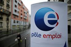 Après un recul inattendu en janvier, le chômage est reparti à la hausse en février en France. Le nombre de demandeurs d'emploi n'exerçant aucune activité a augmenté de 0,4% en métropole, soit 12.800 personnes, portant le nombre total d'inscrits à Pôle emploi dans cette catégorie à 3.494.400. /Photo prise le 25 février 2015/REUTERS/Christian Hartmann