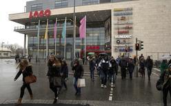 La confianza entre los consumidores alemanes subió a su nivel más alto en 13 años y medio de camino a abril por la  expectativa de una subida de los salarios, según un sondeo difundido el jueves, en una señal de que los consumidores seguirán impulsando a la mayor economía de Europa este año. En la imagen, varias personas salen de un centro comercial en la localidad de Konstanz, en el sur de Alemania, el 17 de enero de 2015.  REUTERS/Arnd Wiegmann