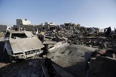 Попавший под авиаобстрел жилой квартал близ аэропорта Саны. 26 марта 2015 года. Египетские военно-морские силы и авиация присоединились к возглавляемой Саудовской Аравией военной операции против шиитской группировки хуситов в Йемене, расположенном на берегу ключевого судоходного пути между Европой и Персидским Заливом. REUTERS/Khaled Abdullah