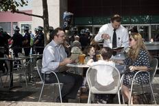 En la imagen, una familia se sirve bebidas en un restaurante de Nueva York. 17 de septiembre, 2012. El sector de los servicios de Estados Unidos se expandió en marzo al ritmo más veloz desde septiembre, mostró el jueves un reporte sectorial. REUTERS/Andrew Burton