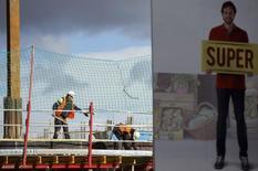 Chantier de construction à Madrid. L'Espagne a enregistré en 2014 un déficit public représentant 5,7% du PIB alors que l'objectif défini avec Bruxelles était 5,8%, /Photo prise le 30 janvier 2015/REUTERS/Sergio Perez