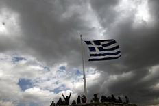 Una bandera de Grecia flameando sobre la Acrópolis en Atenas, mar 20 2015. Grecia y las instituciones que representan a sus acreedores oficiales empezarán a discutir en la noche del viernes sobre una lista de reformas económicas entregada por Atenas, dijo un funcionario de la zona euro.  REUTERS/Alkis Konstantinidis