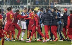 Jogadores de Rússia e Montenegro discutem durante partida em Podgorica. 27/03/2015.  REUTERS/Stevo Vasiljevic