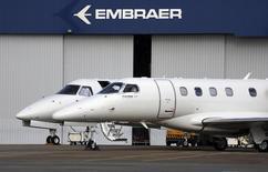 Un jet privado en la planta de Embraer en Sao Jose dos Campos, Brasil, mayo 14 2013. El fabricante brasileño de aeronaves Embraer SA recibió un pedido de Air France-KLM por 17 de sus aviones regionales E-Jets en un acuerdo valorado en 764 millones de dólares de acuerdo a los precios en catálogos, dijo la compañía el lunes. REUTERS/Nacho Doce