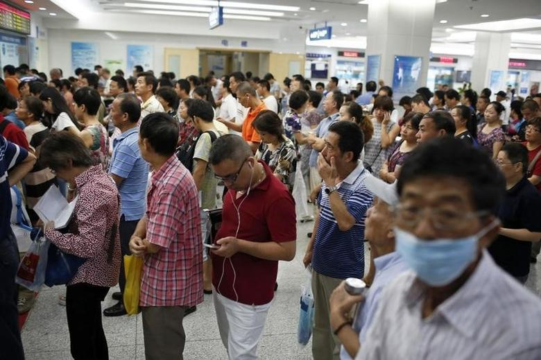 People queue at a hospital in Shanghai, September 2, 2014.  REUTERS/Aly Song