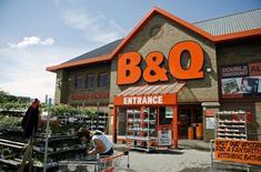 Kingfisher, numéro un européen des magasins de bricolage, qui affiche une baisse de 7,5% de son bénéfice annuel, a l'intention de fermer 60 magasins B&Q peu rentables au Royaume-Uni. /Photo d'archives/REUTERS/Alessia Pierdomenico