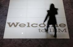 """Le titre IBM figure au rang des valeurs à suivre ce mardi sur les marchés américains, après que le géant de l'informatique a annoncé son intention d'investir trois milliards de dollars en quatre ans dans une nouvelle division appelée """"internet pour les objets"""", afin de vendre son expertise dans la collecte et le traitement des données en temps réel. /Photo prise le 15 mars 2015/REUTERS/Morris Mac Matzen"""