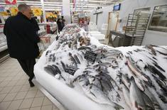 Рыбный отдел в магазине Ашан в Москве. 15 января 2015 года. Рост индекса потребительских цен в России за период с 24 по 30 марта ускорился до 0,3 процента с 0,2 процента в предыдущие четыре недели; с начала марта цены выросли на 1,0 процента, с начала года - на 7,2 процента, сообщил Росстат. REUTERS/Maxim Zmeyev
