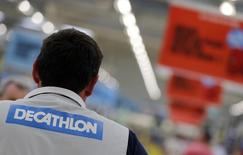 Decathlon, leader français de la distribution d'articles de sport, a accéléré le rythme de ses ouvertures de magasins dans le monde en 2014 et pense poursuivre sur sa lancée cette année, notamment en Chine, en Inde ou au Brésil. /Photo prise le 10 juillet 2014/REUTERS/Régis Duvignau