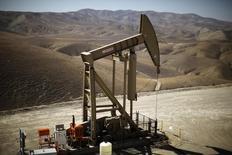 Una unidad de bombeo de crudo en Monterey Shale, EEUU, abr 29 2013. La producción de petróleo de Estados Unidos cayó un 0,38 por ciento en la semana al 27 de marzo, a 9,386 millones de barriles diarios desde 9,422 millones, según datos publicados el miércoles por la Agencia de Información de Energía de Estados Unidos (EIA).  REUTERS/Lucy Nicholson