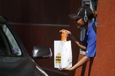 McDonald's prévoit de porter à environ 10 dollars de l'heure le salaire moyen d'environ 90.000 employés dans ses restaurants aux Etats-Unis et de développer certains avantages sociaux tels que les congés payés. /Photo prise le 17 mars 2015/REUTERS/Lucy Nicholson