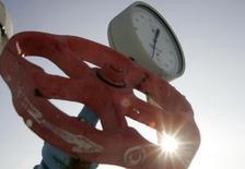 Датчик давления и вентиль на газокомпрессорной станции в городе Боярка Киевской области. 19 января 2009 года. Украина подписала новое соглашение на покупку природного газа в России на второй квартал 2015 года по цене $248 за 1.000 кубических метров, сообщило Министерство энергетики и угольной промышленности. REUTERS/Konstantin Chernichkin